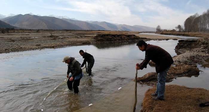 UMESC Scientists sampling in China (photo USGS)